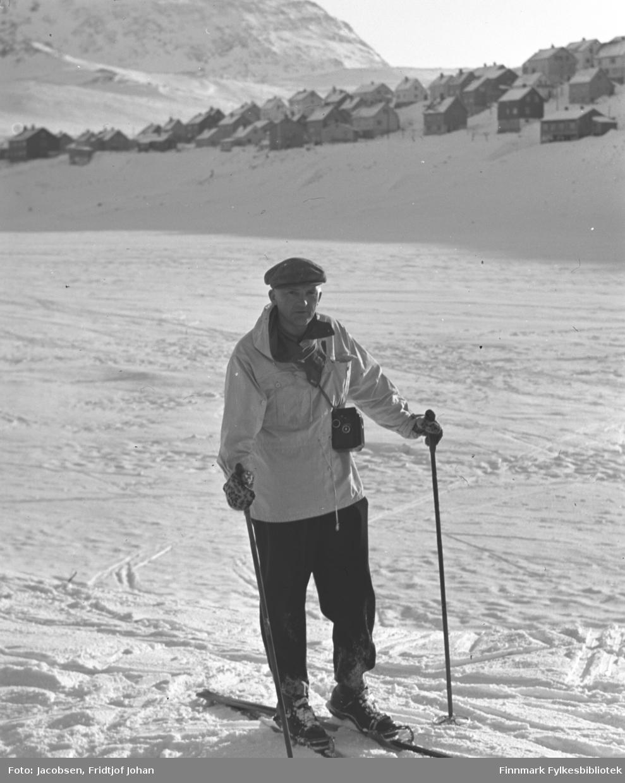 Fridtjof Jacobsen på skitur på det islagte Storvannet. Bebyggelsen i bakgrunnen er Idretts- og Skiveien.