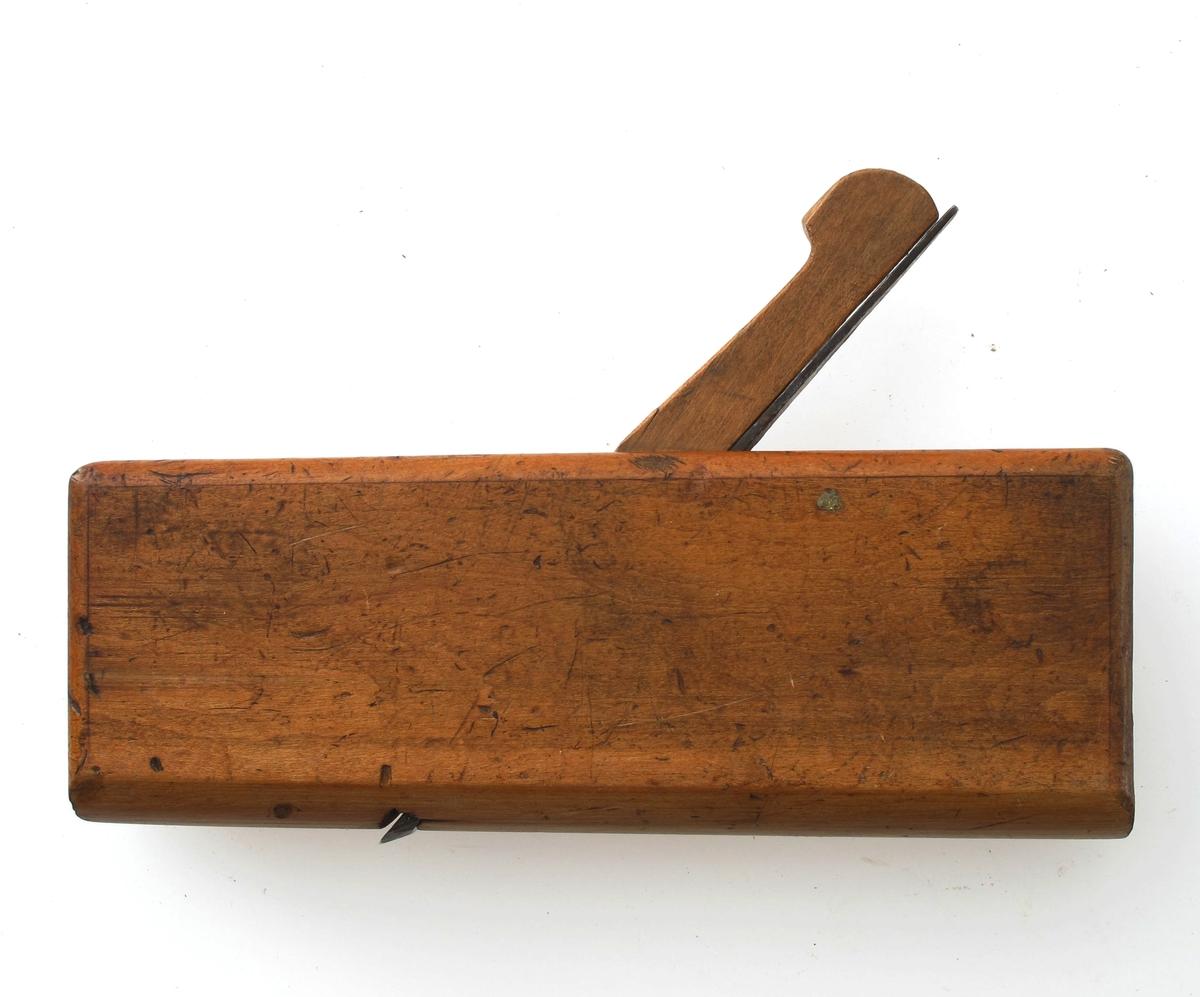 Høvel med rund såle, eggen på jernet er rundet,  en avtrapning i siden, i kortsiden st.   AH.   Tilstand: litt slitt, men utmerket.   AAM 11 307 med jern st. Catt Schwensen  plus noe vanskelig tydbart.