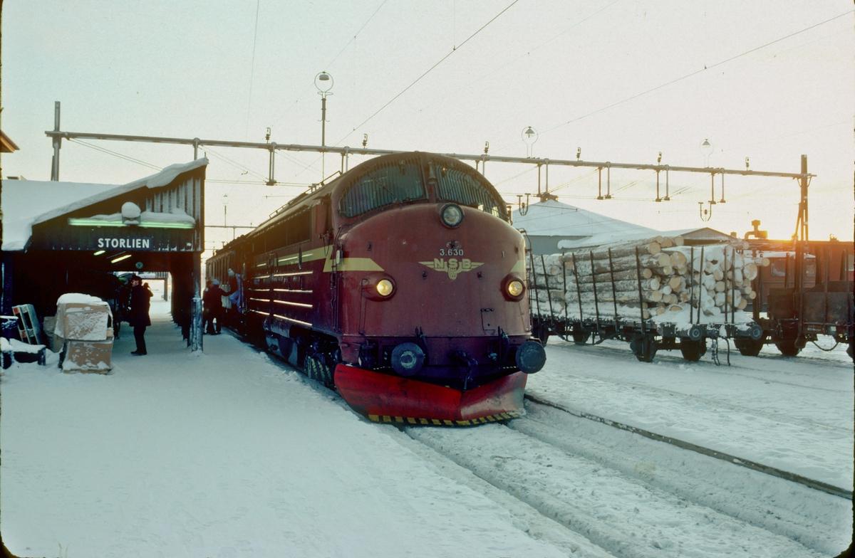 NSB persontog 424 med Di 3 630 venter på avgang fra Storlien stasjon.