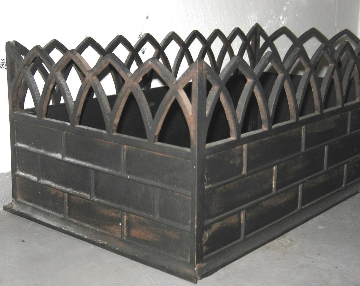 Gravramme av støpejern i empire / nygotikk ca. 1850 1900. Støpt i fire deler, skrudd sammen i hjørnene. Fra en barnegrav.