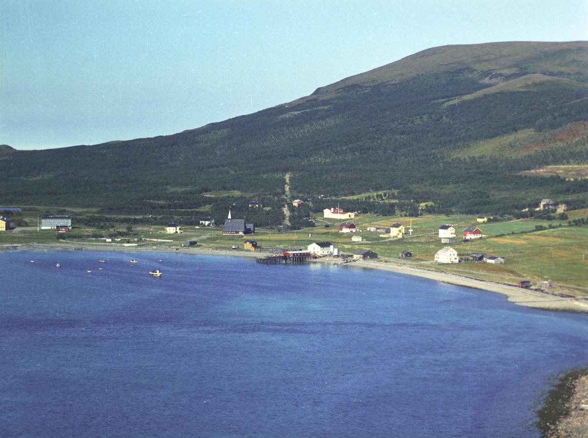 Flyfoto fra Lebesby. Negativ nr. 122709. Husets eier er Alf Johansen, og adressen er Lebesby.