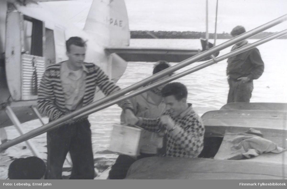 Fotografi fra Vadsø. Bildet viser innlastingen av utstyr på Norseman sjøfly i Vadsø. Fra venstre: Per Bjørgan, Karl Jakob Carstens, Ole Gustav Øverdahl og Edvard Irgens. Foto: Ernst Lebesby.