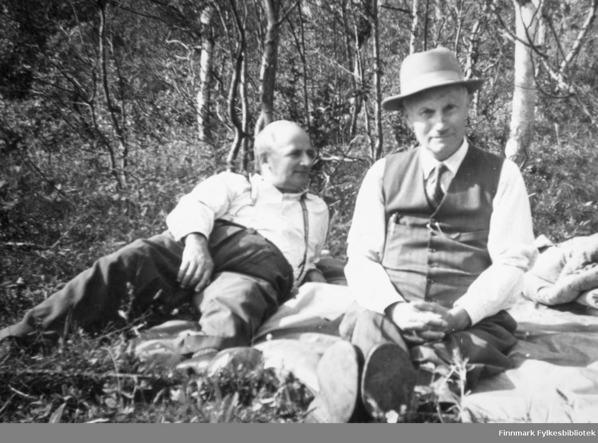 """""""To kjente vadsøværinger på tur i Thomaselv sommeren 1954. Fra venstre: fylkeskasserer Bernhoff Carstens og rektor Erling Bjørgan."""" Foto: Per Bjørgan."""