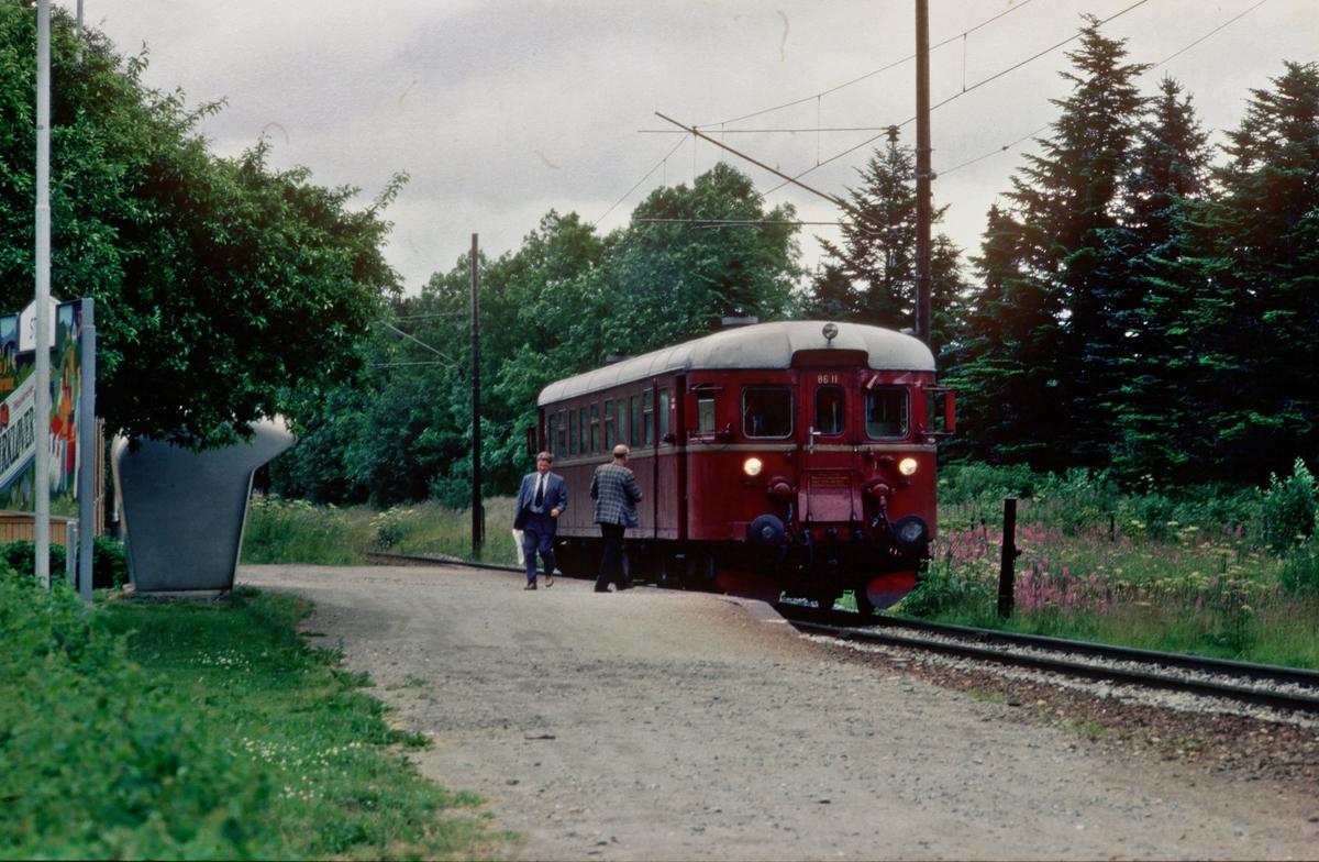 Lokaltog til Støren stanser på Stavne holdeplass. NSB dieselmotorvogn BM 86L 11