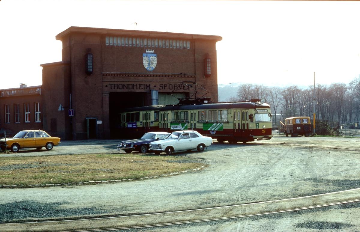 Dalsenget vognhall, Elgeseter. Trondheim sporveiers motorvogn 29 (Strømmen vst) kjører ut av vognhallen.
