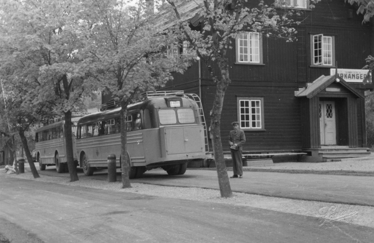 Busser og bussjåfør ved Orkanger stasjon.