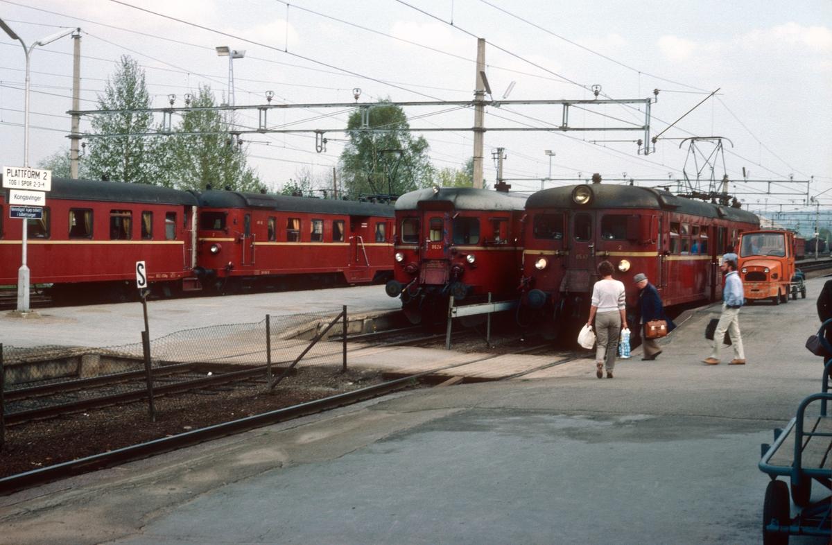 Togtid på Kongsvinger stasjon. Tog fra Magnor i spor 1, fra Elverum i spor 2 og tog til Oslo S i spor 3.