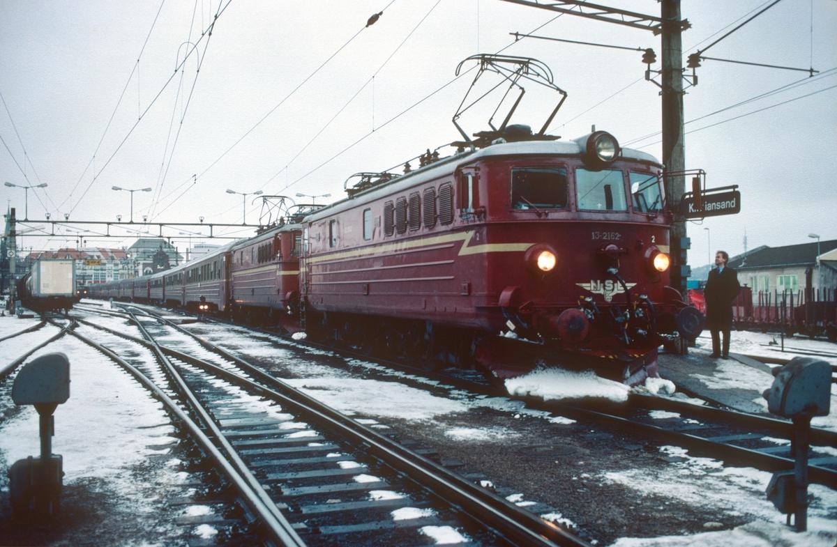 Sørlandsbanens dagtog Stavanger - Oslo V, Hurtigtog 702,  i Kristiansand stasjon med to lokomotiver type El 13.