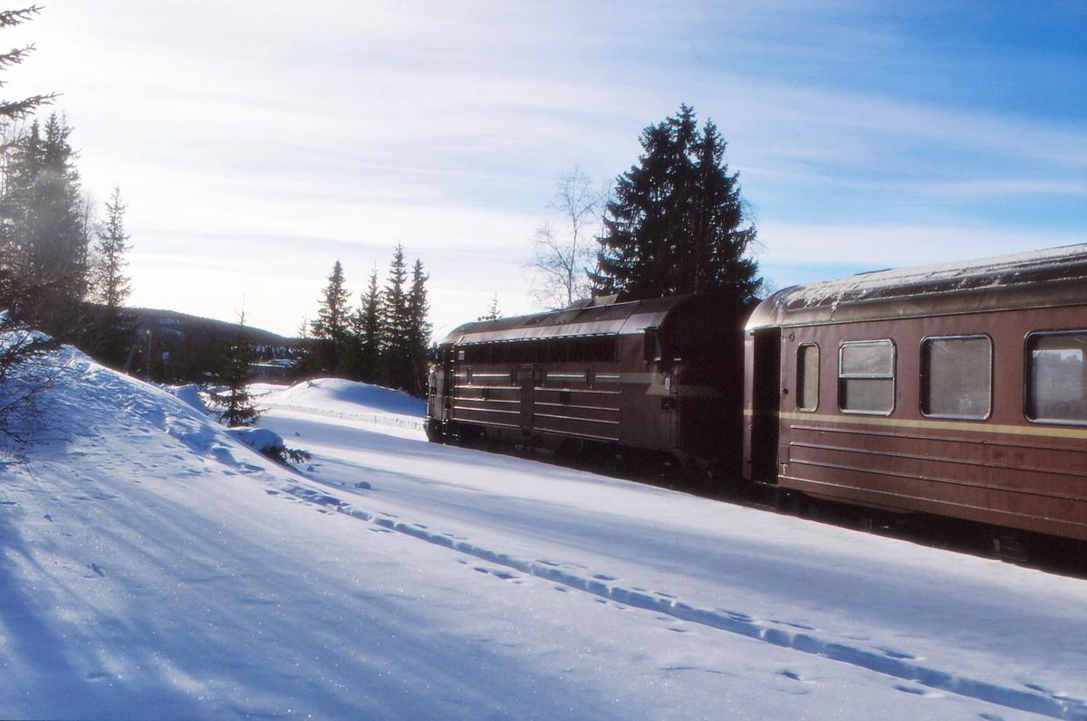 Persontog til Fagernes kjører ut fra Tonsåsen stasjon.