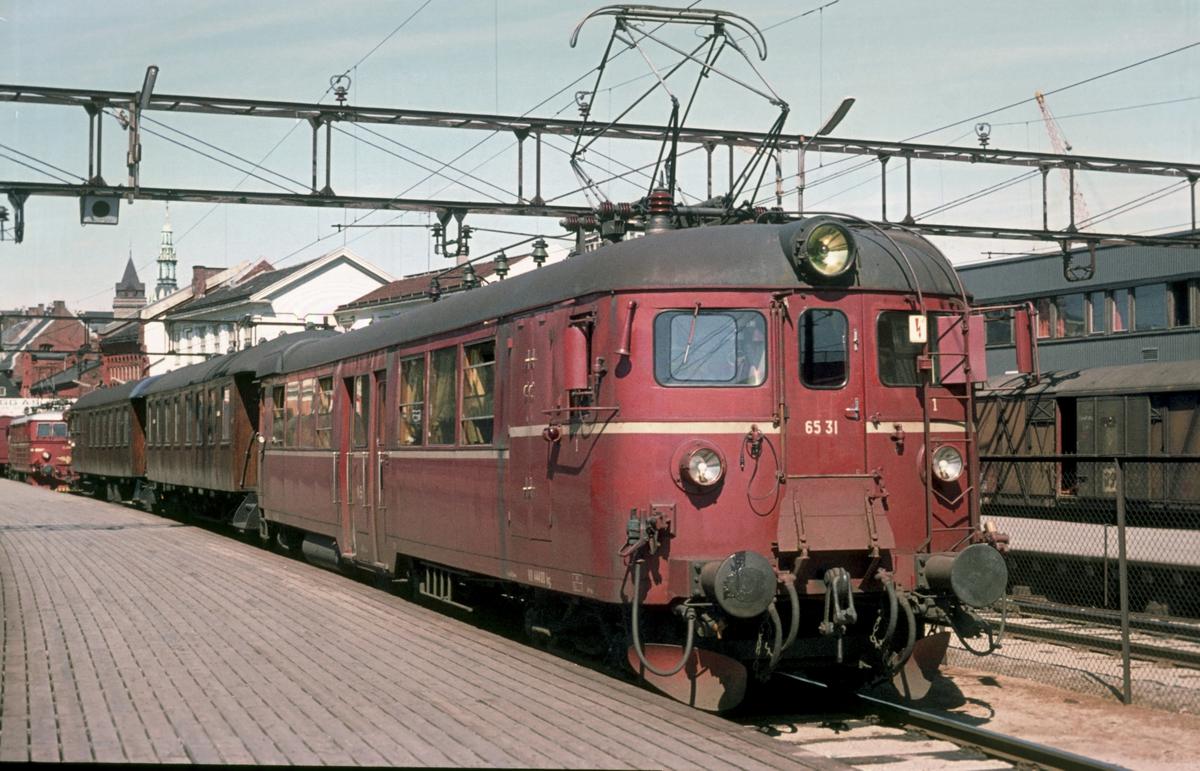 Persontog til Årnes på Oslo Ø med motorvognsett type 65.