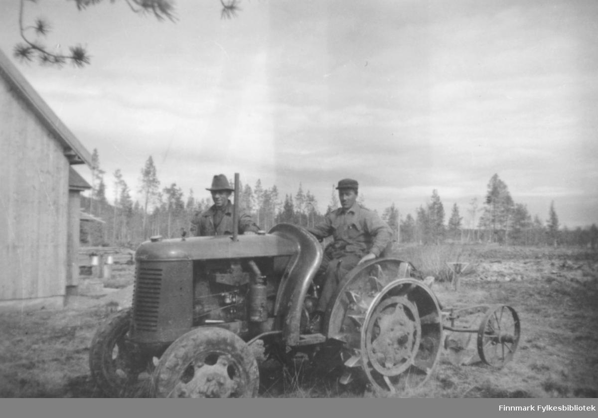 Ukjent mann på en David Brown-traktor. En plog er festet til traktoren. Kristian Wisløff stående bak traktoren iført hatt. Vi ser udyrka mark rundt, og furutrær i bakgrunnen. Til venstre ser vi en bygning og noen spann?