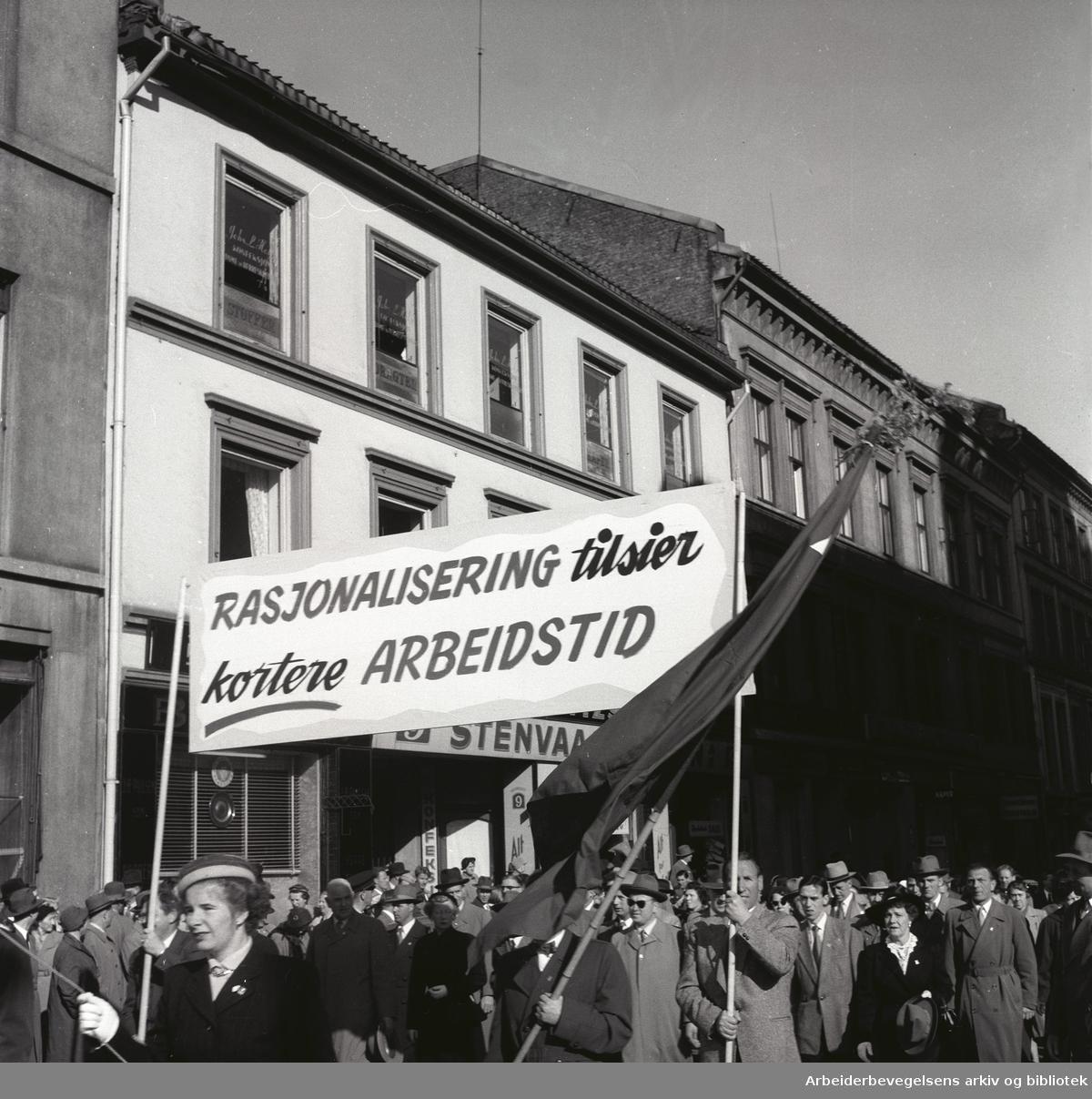 1. mai 1956, demonstrasjonstoget på Youngstorget. Parole: Rasjonalisering tilsier kortere arbeidstid.