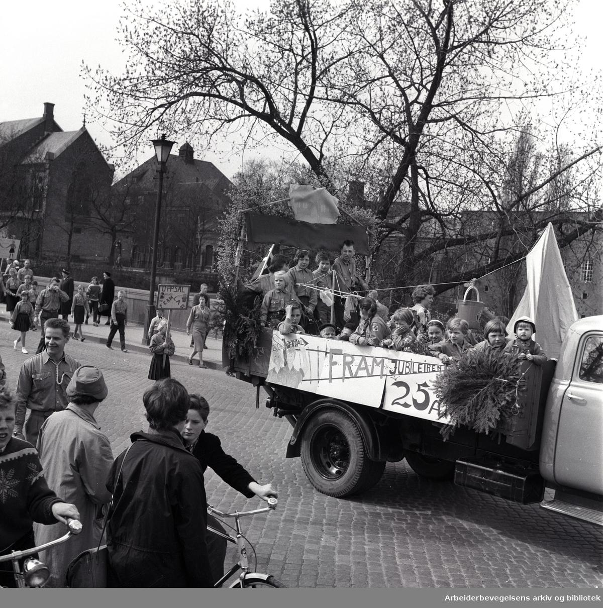 1. mai 1959 i Oslo.Framfylkingens tog over Ankerbrua..Framfylkingen 25 år...