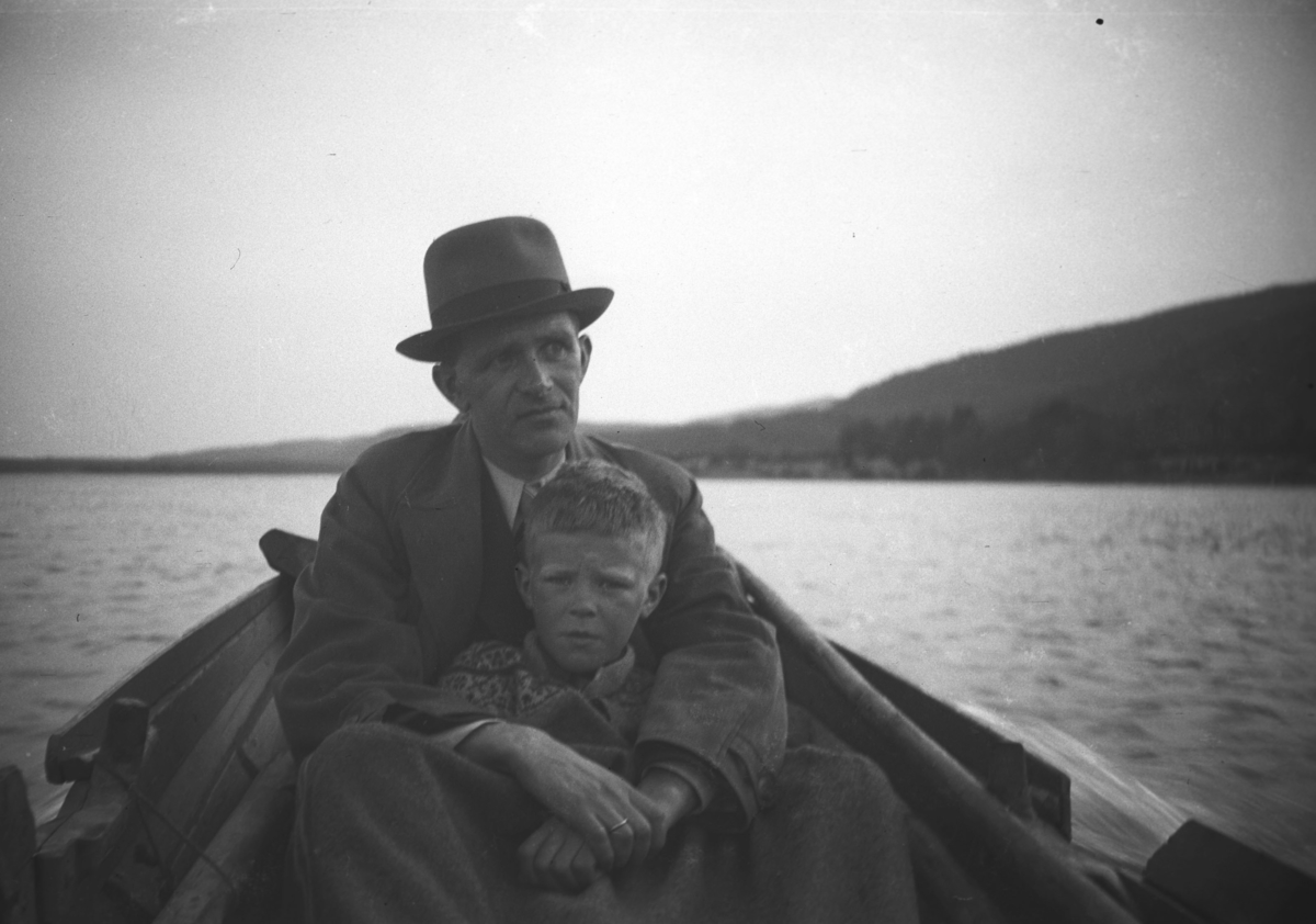 Leif Hauge og sønnen Tor fotografert i en elvebåt på Tana-elva.