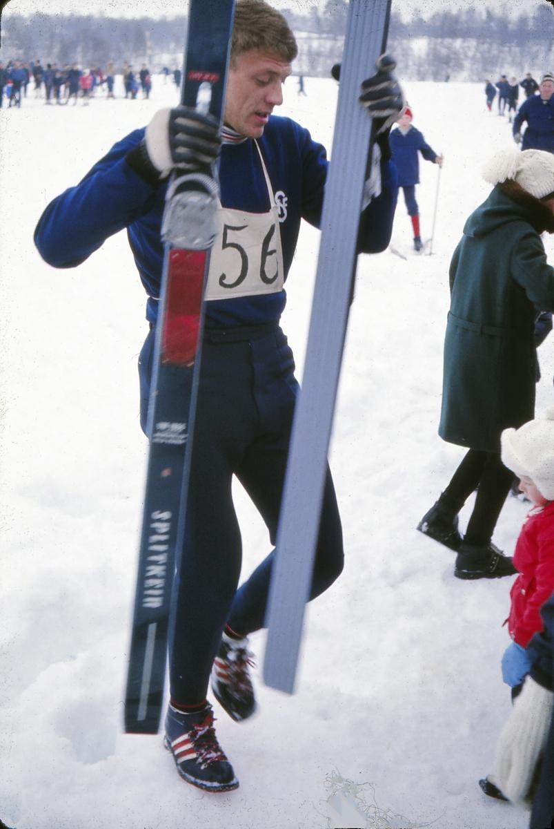 Hopprenn i Dalsbygda, Os i Østerdalen, idrettslaget Nansen. Skihopper Lars Grini med sine Splitkein hoppski.