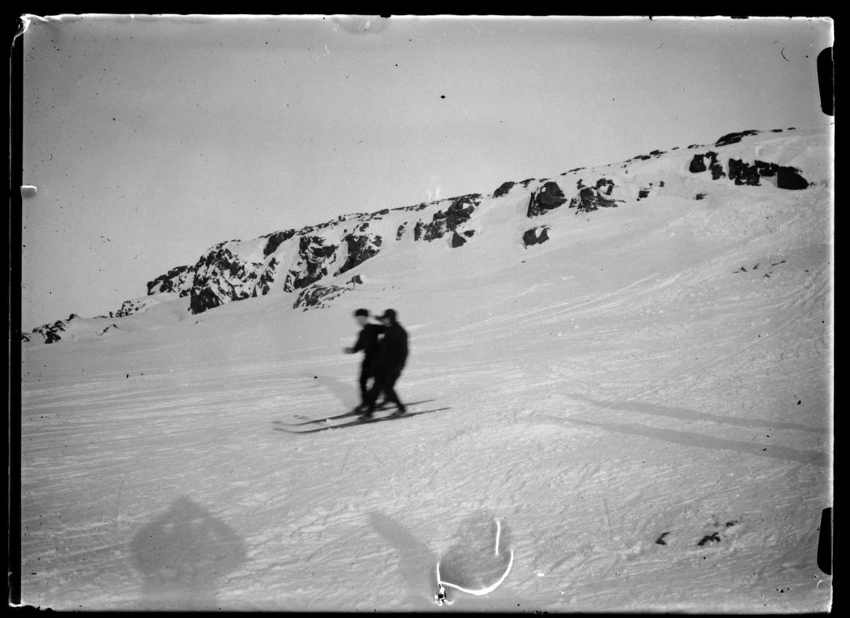 Vinter i Vardø. To personer renner på ski.