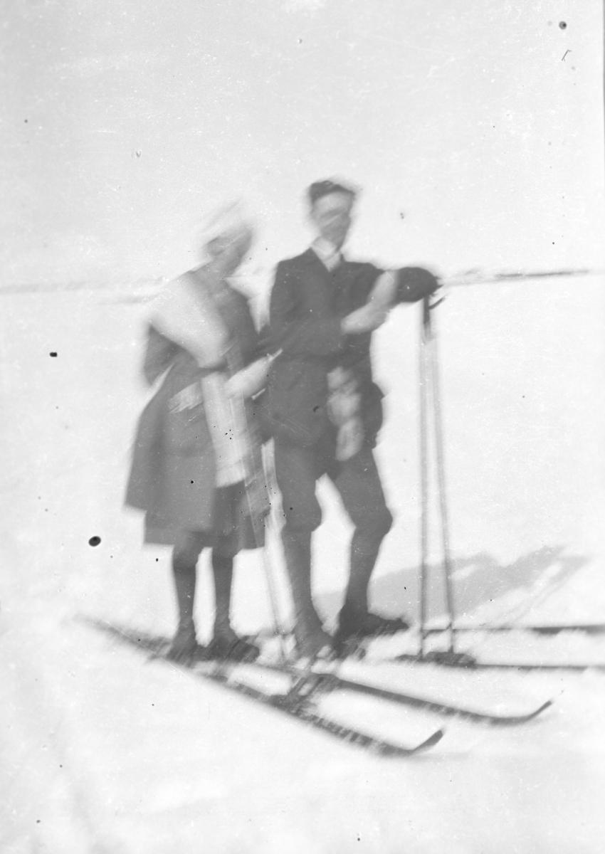 Et litt diffust bilde av Leif Hauge og kona Frida på skitur. Stedet er ukjent, men kan være i nærheten av Vadsø.
