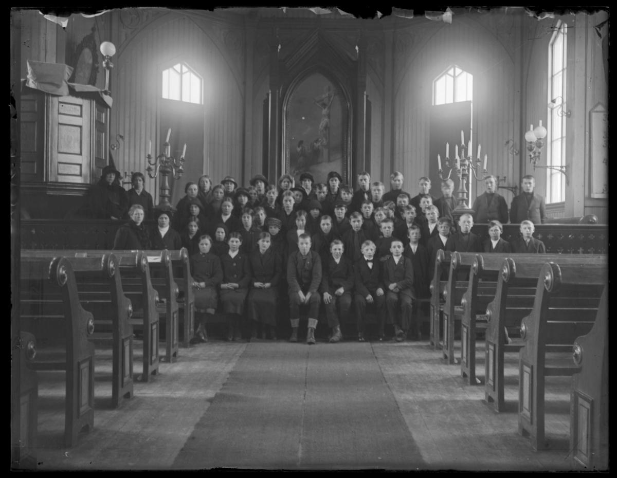 Konfirmanter, Vardø 1916-1917. Bildet er tatt inne i kirka