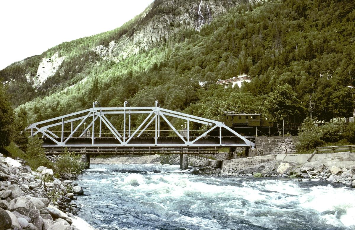 Rjukanbanen. Bro over Måna. Godstog på vei til Rjukan med elektrisk lokomotiv RjB 14 (NSB El 1 2002). Norsk Hydro, Norsk Transportaktieselskap, Norsk Transport.