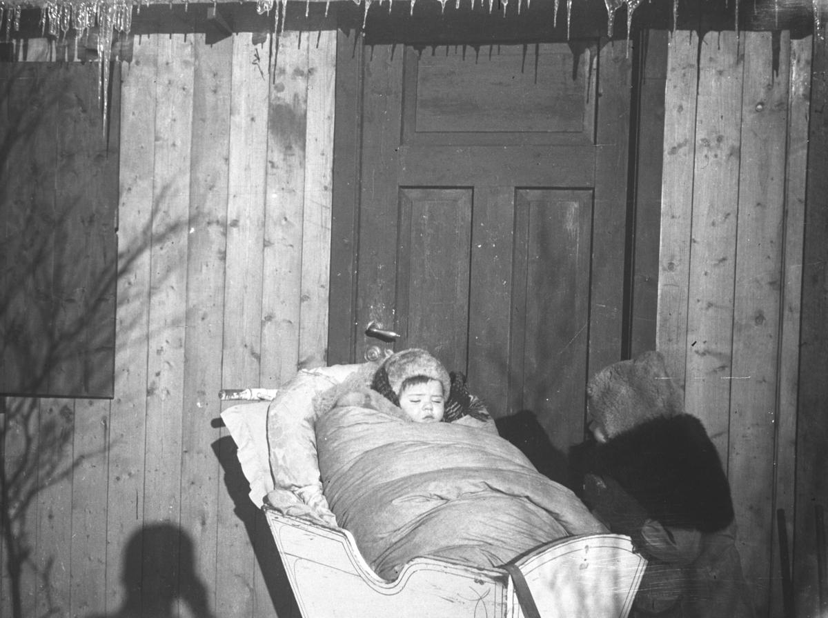 Rolf Hauge fotografert i en vogge utenfor hytta i Andersby vinteren 1942