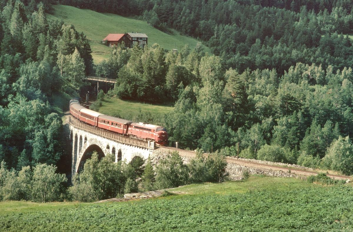 NSB persontog 352 passerer Kylling bro på Raumabanen, Romsdal.