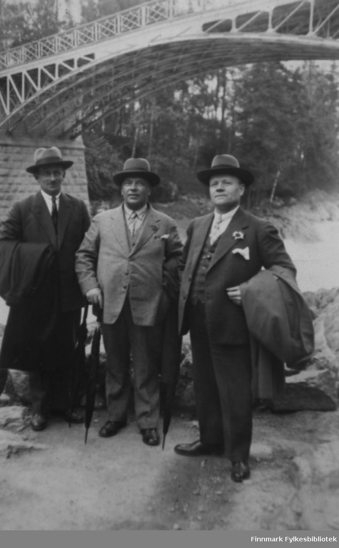 Tre menn på reise i Finland. Mannen til venstre er ukjent, men i midten ser vi Enok Gunnari og til høgre Mangor Nilsen, begge bosatt i Sør-Varanger