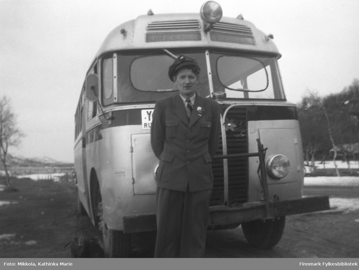 FFR-sjåfør Mikkel Mikkola fotografert foran bussen sin på Mikkelsnes i Neiden