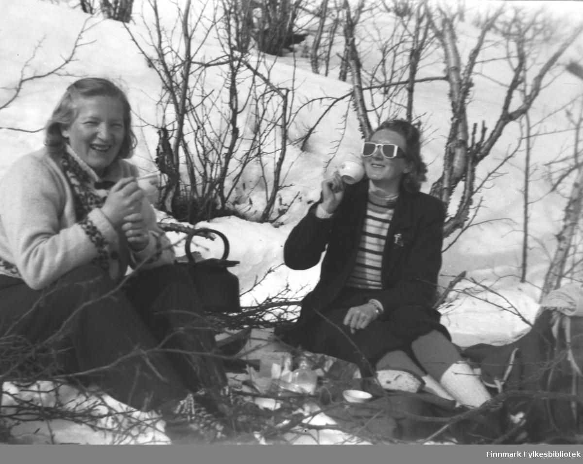 Kafferast med bål ute i snøen. Sola varmer nok godt, kvinnene er ikke altfor tungt kledde. Fra venstre Gudrun Olsen Lie og Marine Smuk