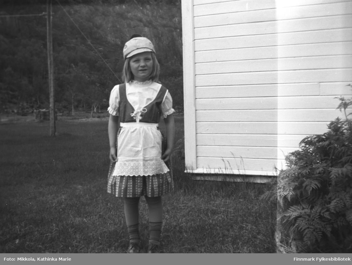 Anita Lindseth på Mikkelsnes. Hun har kjole med snørelv og en morsom lue med dusk
