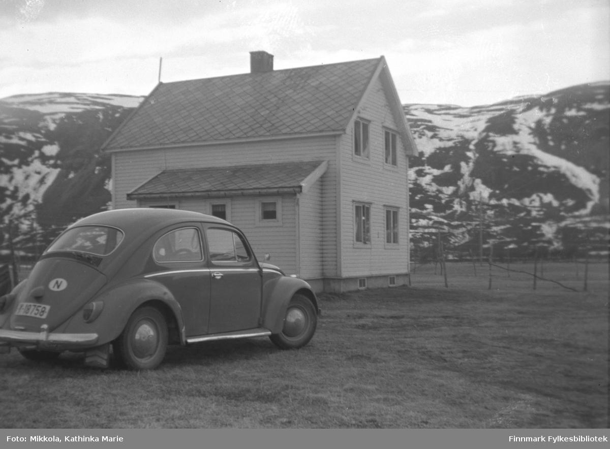 Folkevognboble med registrering Y-18758 parkert utenfor Bonakas bedehus 11. og 12. julie 1953.  Formannsmøte for helselagene i Finnmark.