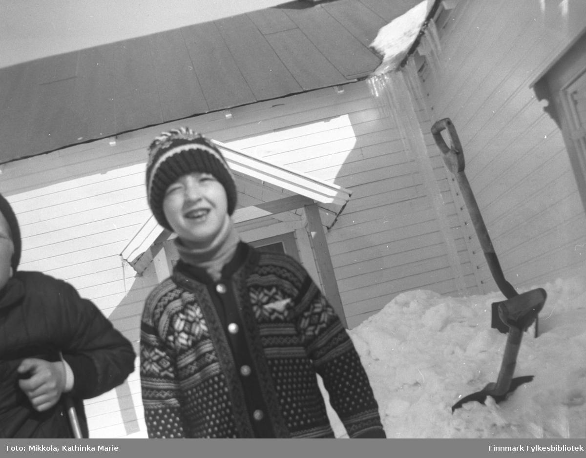 Gutter ute i snøen på Mikkelsnes, ca. 1967-1970? Fra venstre: Asle Lindseth (nesten skjult) og Ken Willy Olsen. Bildet er tatt ved samme anledning som 05007-209