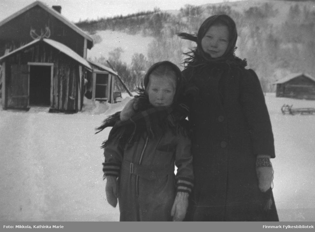 Vinterkledde jenter ute på Mikkelsnes, ca. 1935. Fra venstre: Herlaug og Karen Mikkola