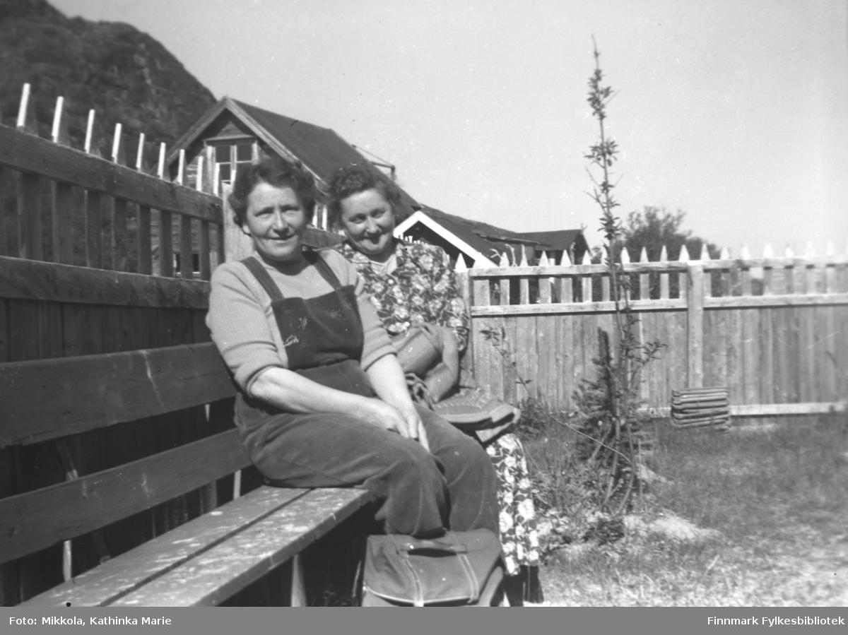 Kvinner på besøk på Mikkelsnes. Fra venstre: Nelly Lund, ukjent. Bildet er tatt ved samme anledning som 05007-257