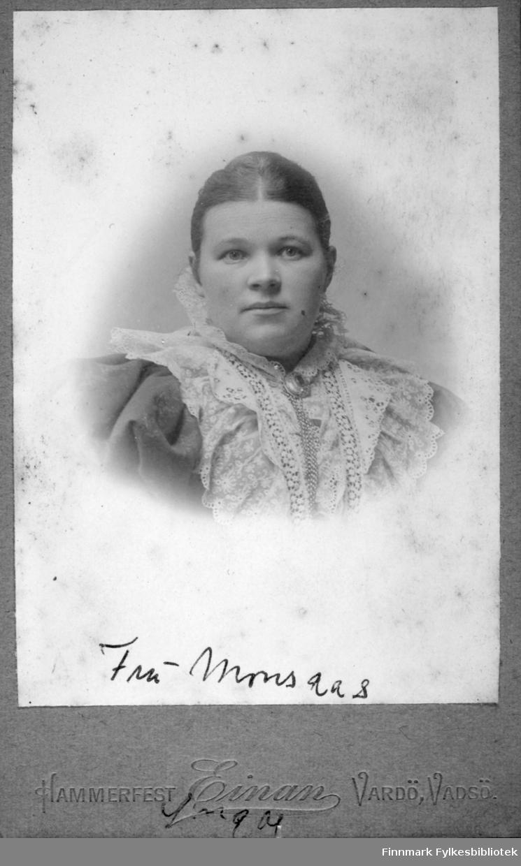 """Portrett av fru Marie Monsaas, født Marie Therese Dahl 11.06.1864 i Trondheim, senere bosatt på Ingøy. Marie var datter av restauratør Peter Bernt Dahl og hustru Ane Eilertine """"Thine"""" Lindstad."""