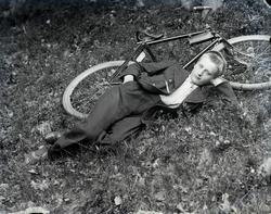 Ung gutt med sykkel