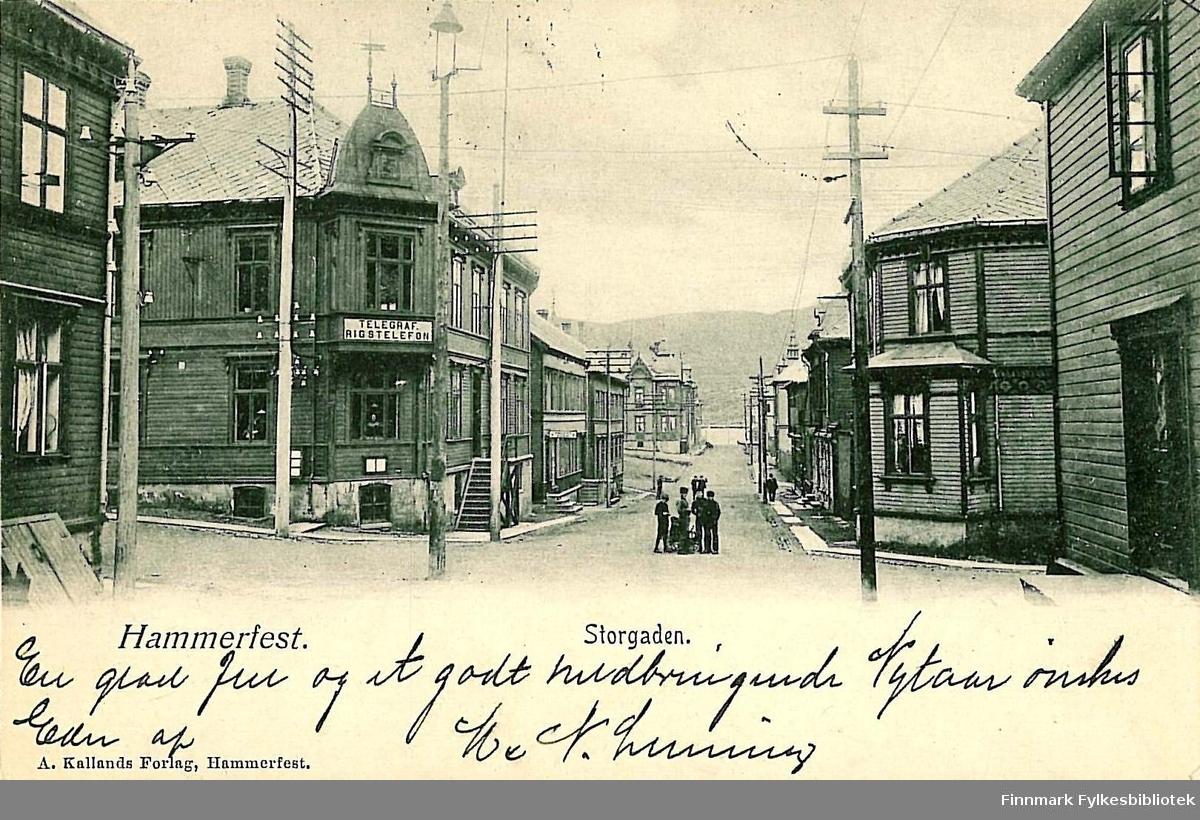 Postkort med motiv fra Hammerfest sentrum. Kortet er en jule- og nyttårshilsen til Arthur og Kirsten Buck på Hasvik. Kortet er sendt fra Hammerfest i desember 1903.