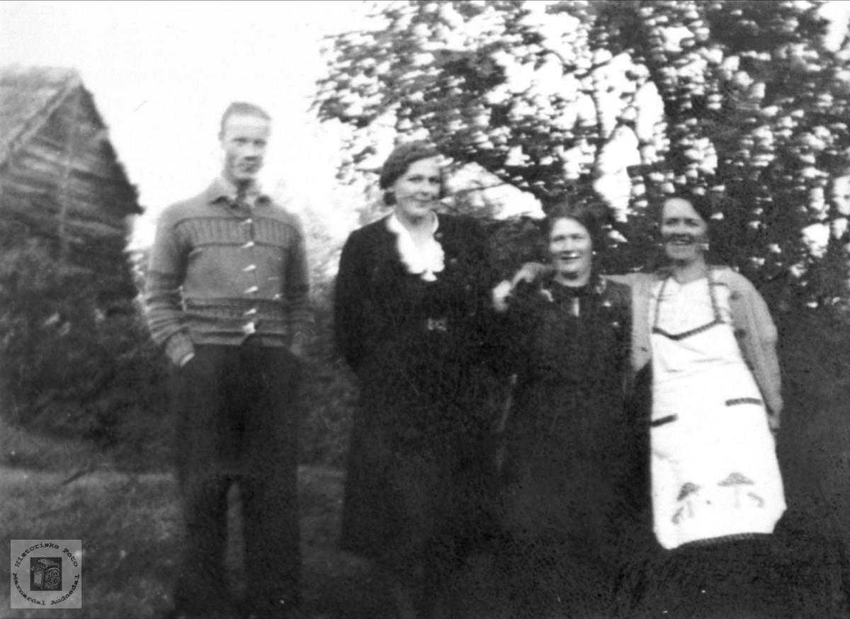 Torgeir Hjemlestad med tre damer.