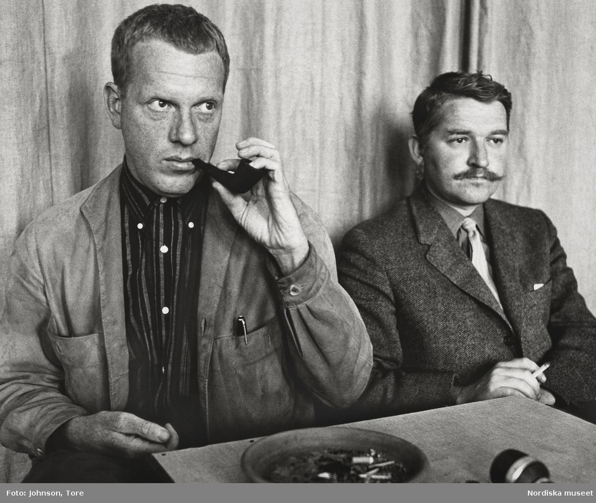 Porträtt av Hasseåtage: Hans Alfredson (född 1931) och Tage Danielsson (1928-1985). Danielsson med pipa i munnen, Alfredson röker cigarrett.