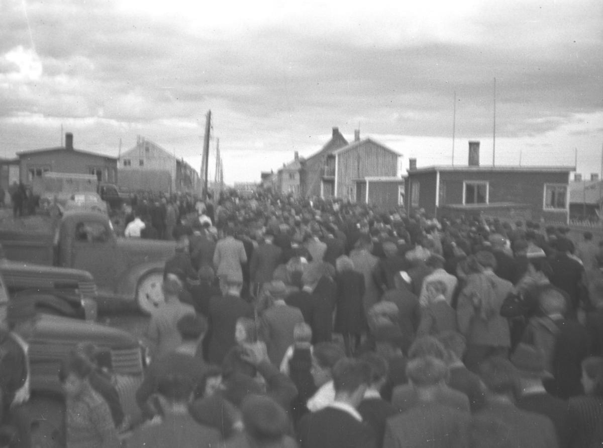 En stor folkemengde fyller opp hele Damsveien i Vadsø, alle er på vei hjem etter å ha sett fotballkamp på Norild-banen i Indrebyen.