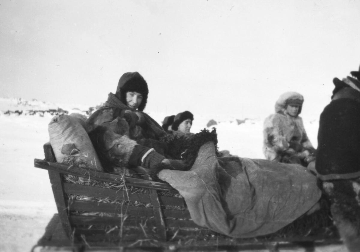 Alfrida Hauge med hesteskyss i Tana, antagelig i Alletnjárga området vinteren 1933