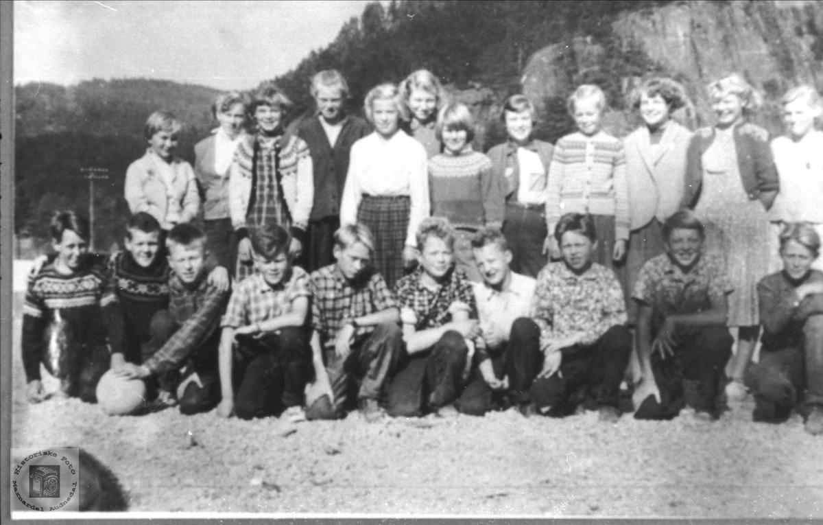 Skolebilde. Laudal skole. Nr. 4 framme fra venstre er ikke Olav Kleveland. Det skal være Sigurd Birkeland f. 1945. Informasjonen er sikker, gitt av hans kone Alfhild Birkeland, Marnardal. Elevene er trolig fra 6. og 7. klasse på Laudal skole.. De er født i 1945 og 46. Fra 1959 ble det ungdomskole på Øyslebø, og da gikk 7. klasse ut der.