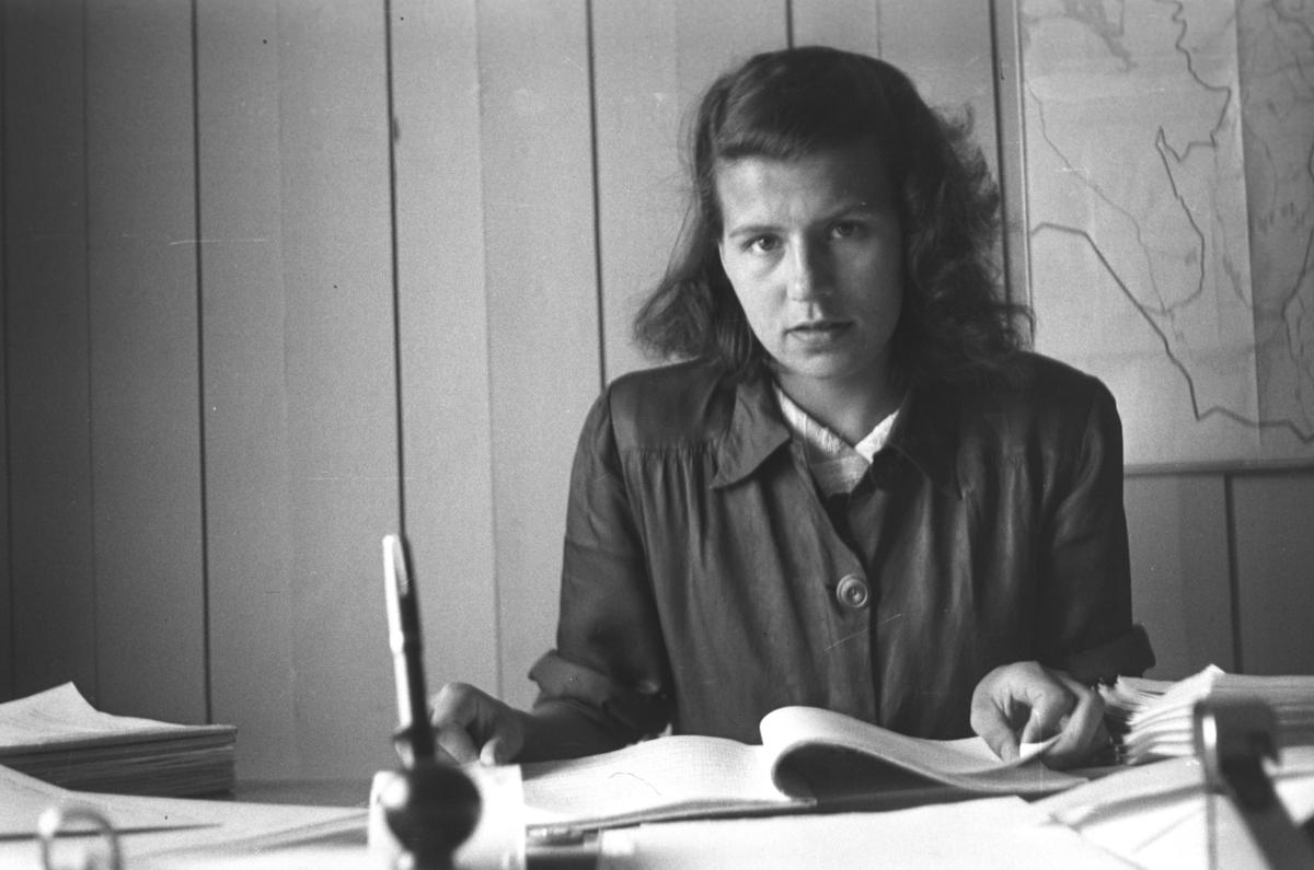 Hulda Wara sitter bak skrivebordet. Stedet er ukjent.