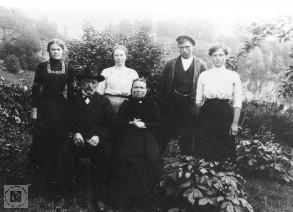 Foreldre og fire barn(ungdommer) fra Fjellet, Laudal.