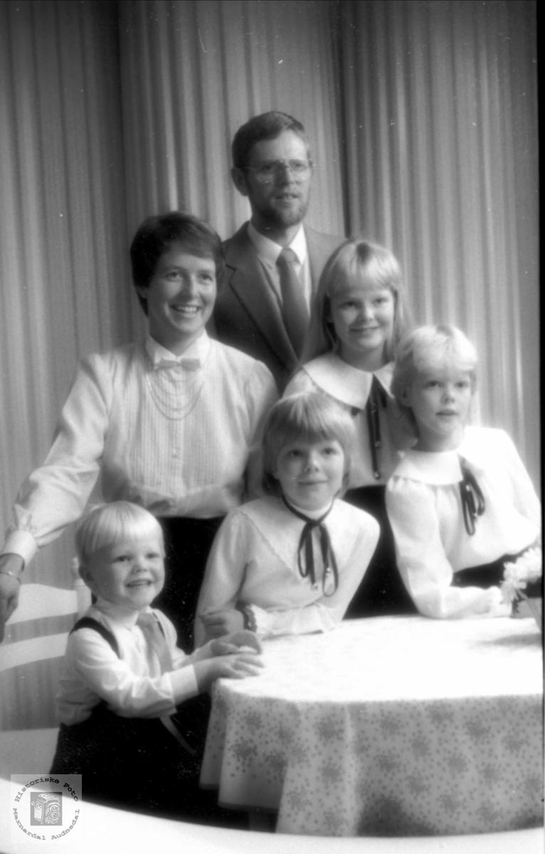 Familie. Oddlaug og Theodor Tjomsland med fam.