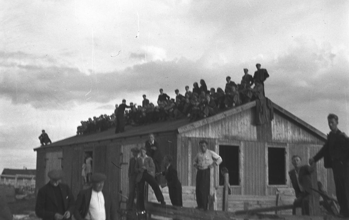 Fotografi av noen tilskurere til en fotballkamp på Indreby-banen i Vadsø.