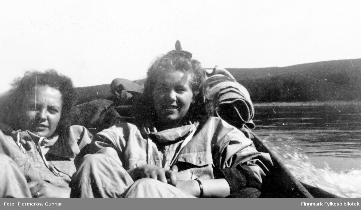 En dame og en jente ombord i en elvebåt på tur fra Bàktemohkenjàrga til Iskuasjohka i mai 1946. Personene er ukjente.