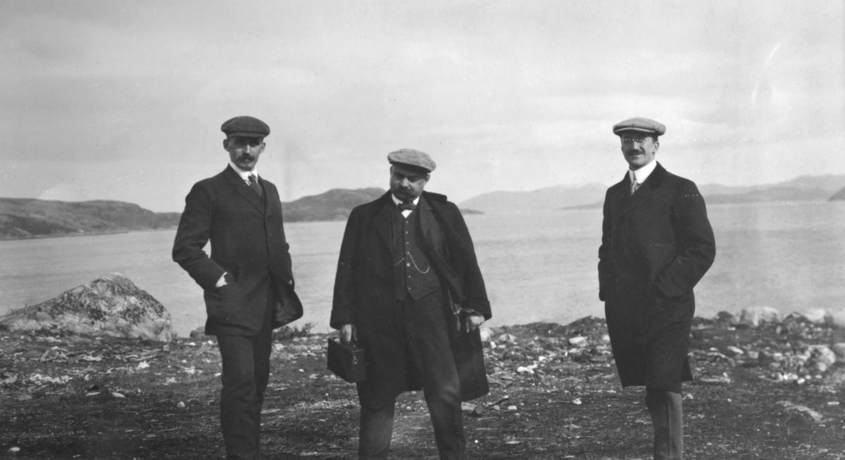 Fra toppen på verksområdet. Etter opplysning fra Wiulls barnebarn så er det Wiull selv som står i midten. I sin høyre hånd holder han antageligvis et kamera. De to andre ser ut til å være besøkende, en av dem kan være Oscar Rydbeck som i perioden 1916-25 var medlem av representantskapet i selskapet. Han bar da tittelen bankdirektør i Sverige.