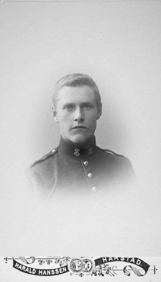 """Hagbard Herman Hanssen, Loppa. Tromsø Stifts Underofficersskole, Harstad, kull 1906 - 1909. Bildet er sannsynligvis tatt i 1906.  Hagbard Hansen (1886 - 1957) bosatte seg senere i Bergsfjord i Loppa og var herredskasserer i Loppa kommune."""