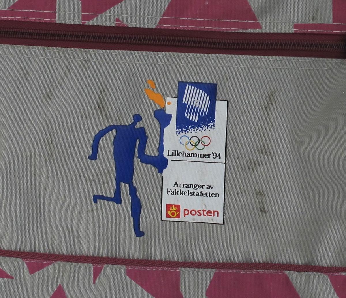 Helleristningsaktig figur som løper med tent fakkel. OL-logo 1994 med nordlys og ringer.