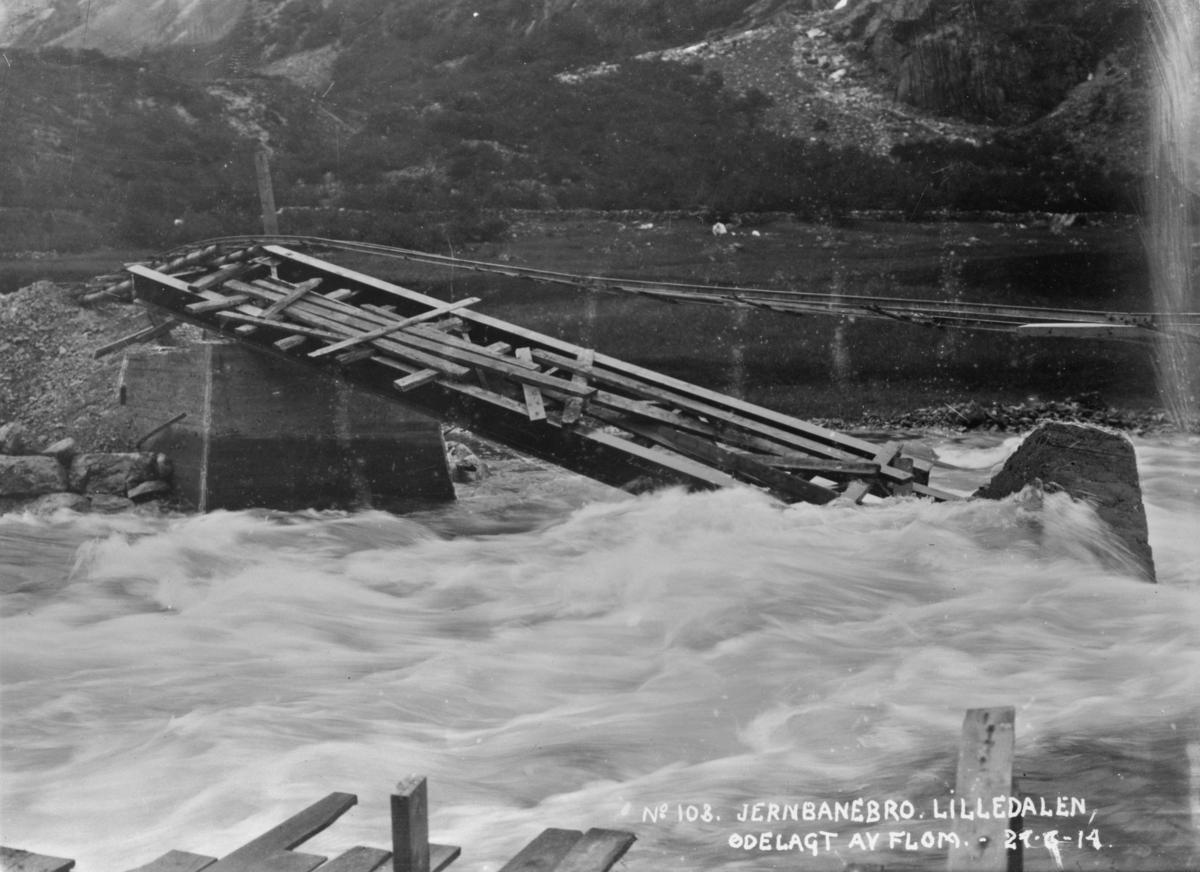 No 103 Jernbanebro. Lilledalen, ødelagt av flom 24-6-14.. 24-6-14.  Aurabanens nybygde bro over Litledalselva ødelagt av flom.